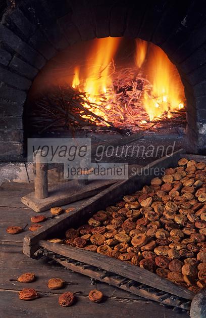 Europe/France/Centre/37/Indre-et-Loire/Rivarennes: Poires tapées - Le four chez Yves et Chritine Herin -les fruits sont tout d'abord déshydratés dans un four à feu de bois puis aplatis à l'aide d'une  platissoire
