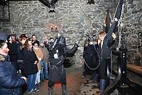 Jessi wird bei der Show im Folterturm an das Andreaskreuz gefesselt und ausgepeitscht - Mühltal 03.11.2018: Halloween auf der Burg Frankenstein