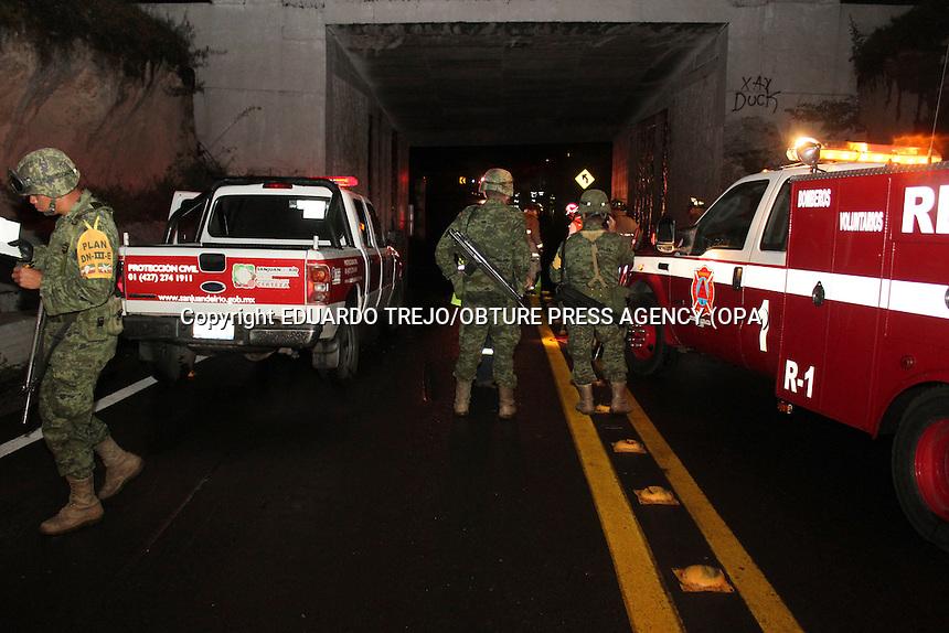 San Juan del R&iacute;o, Qro. 11 octubre 2014.- Completamente inundado por fuertes lluvias la noche de este s&aacute;bado qued&oacute; el paso a desnivel de la intersecci&oacute;n de la autopista Quer&eacute;taro-M&eacute;xico y la Plamillas-Toluca, a la altura de la caseta de cobro de Palmillas.<br /> Al menos 3 personas debieron ser rescatados por los servicios de emergencia luego de que sus autos quedaran atrapados en un charco de hasta un metro de profundidad.<br /> Uno de los afectados por la lluvia, el Sr. Jos&eacute; Luis Di&aacute;z Gonz&aacute;lez y propietario del auto Tsuru anegado, coment&oacute; sobre su amarga experiencia al llegar al encharcamiento y de como la fuerza del agua le arranc&oacute; los zapatos y sus pertenencias.<br /> Debido a la importancia y alto flujo veh&iacute;cular que representa este paso a desnivel, ya que incorpora el tr&aacute;fico proveniente de Toluca hacia la carretera 57, acudieron a la zona, elementos de Capufe, Protecci&oacute;n Civil Municipal, Bomberos Voluntarios. De la misma manera el lugar fue acordonado por elementos del Ej&eacute;rcito Mexicano y la Polic&iacute;a Federal. Foto Eduardo Trejo/Obture Press Agency.