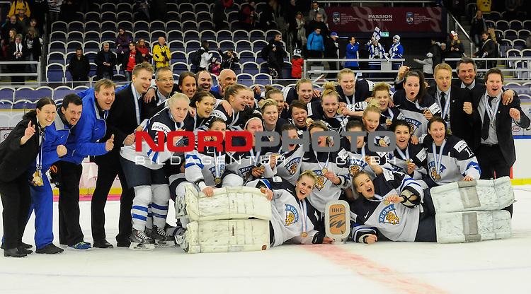 04.04.2015, Malm&ouml; Ishall, Malm&ouml; , SWE, IIHF Eishockey Frauen WM 2015, Finnland  (FIN) vs Russland (RUS), im Bild, Finnland wird Dritter der WM, Mannschaftsfoto mit Pokal<br /> <br /> <br /> ***** Attention nur f&uuml;r redaktionelle Berichterstattung *****<br /> <br /> Foto &copy; nordphoto / Hafner