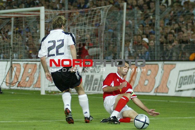 Fussball Laenderspiel EM-Vorbereitung<br /> <br /> Deutschland vs. Malta <br /> <br /> Michael Mifsud klaert vor Torsten Frings<br /> <br /> Foto &copy; nordphoto/Guenter Schroeder  *** Local Caption *** Foto ist honorarpflichtig! zzgl. gesetzl. MwSt<br /> Belegexemplar erforderlich<br /> Adresse: nordphoto<br /> Georg-Reinke-Strasse 1<br /> 49377 Vechta