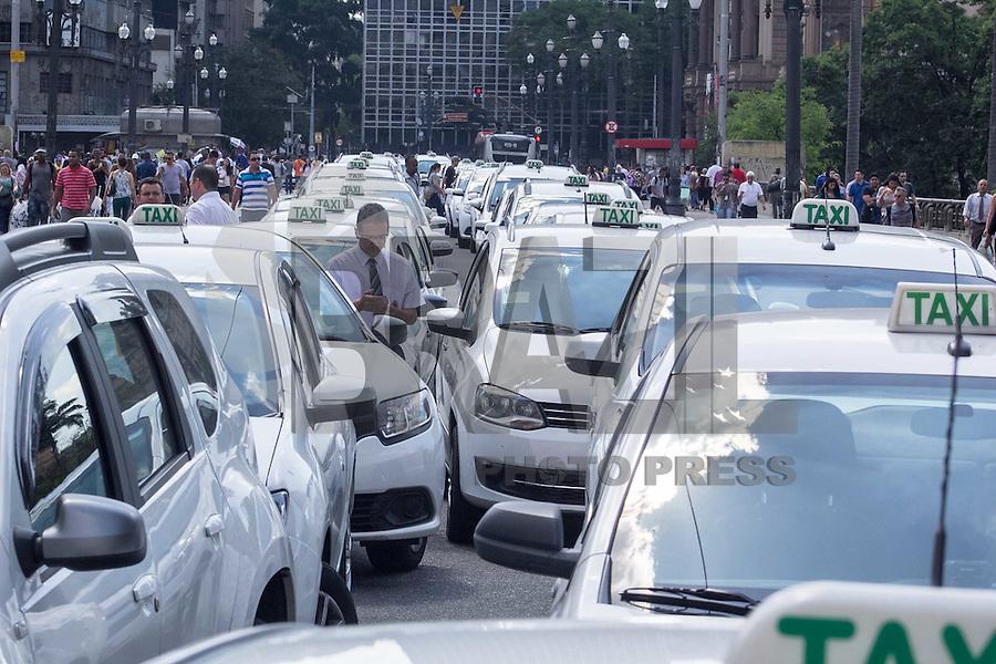 SÃO PAULO, SP, 08.10.2015- PROTESTO-SP- Taxistas protestam em frente da prefeitura de São Paulo contra a possível regulamentação do aplicativo Uber na cidade na tarde desta quinta-feira, 8. (Foto: Renato Mendes / Brazil Photo Press)