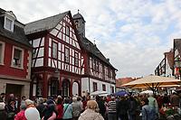 Gross-Gerau 28.04.2017: Frühlingserwachen in der Innenstadt Groß-Gerau<br /> Viele Besucher am Historischen Rathaus<br /> Foto: Vollformat/Marc Schüler, Schäfergasse 5, 65428 R'heim, Fon 0151/11654988, Bankverbindung KSKGG BLZ. 50852553 , KTO. 16003352. Alle Honorare zzgl. 7% MwSt.