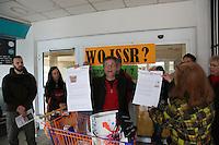 """""""WO ISSER"""" fragen sich die Mitglieder der Bürgerinitiative und DKP/LL aufgrund der Ankündigung von Bürgermeister Heinz-Peter Becker bis 1. April wieder einen Supermarkt in den Räumen in der Bürgermeister-Klingler-Straße haben zu wollen - Ursula Bleckwenn-Oldenburg (Bürgerinitiative) und Dietmar Treber (M.) mit den zu diesem Thema erschienenen Ankündigungen"""