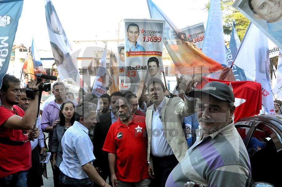 SAO PAULO, SP, 09 DE AGOSTO 2012 – ELEICOES SP - FERNANDO HADDAD O candidato a prefeitura de Sao Paulo Fernando Haddad (PT) acompanhado da sua vice, Nadia Campeao<br />  participou nesta tarde de caminhada pelas ruas de Itaqeura, zona leste da capital. (FOTO: THAIS RIBEIRO / BRAZIL PHOTO PRESS).