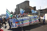 LA NAVE ESTELLE DEL MOVIMENTO FREEDOM FLOTILLA FA TAPPA NEL PORTO DI NAPOLI , PRIMA DI SALPARE PER GAZA NEL TENTATIVO DI ROMPERE L'EMBARGO ISRAELIANO E CONSEGNARE DONI E AIUTI ALLA POPOLAZIONE PALESTINESE.NELLA FOTO IL CORTEO DI SALUTO ALLA NAVE.FOTO CIRO DE LUCA