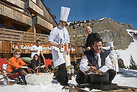 Europe/France/Rhône-Alpes/74/Haute Savoie/Avoriaz :  Christophe Leroy Chef du restaurant: La Table du Marché de l'Hotel : Les Dromonts   prépare la fondue savoyarde  [Non destiné à un usage publicitaire - Not intended for an advertising use]
