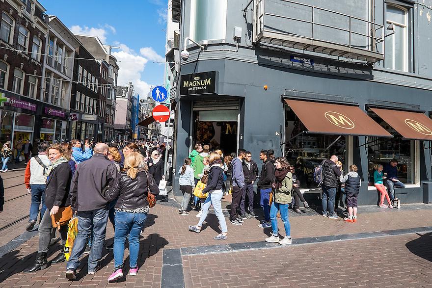 Nederland, Amsterdam, 30 mei 2015<br /> Magnumwinkel. Speciale winkel voor magnumijs van Ola op de hoek van de Prinsengracht en Leidsestraat.<br />  <br /> Foto: Michiel Wijnbergh