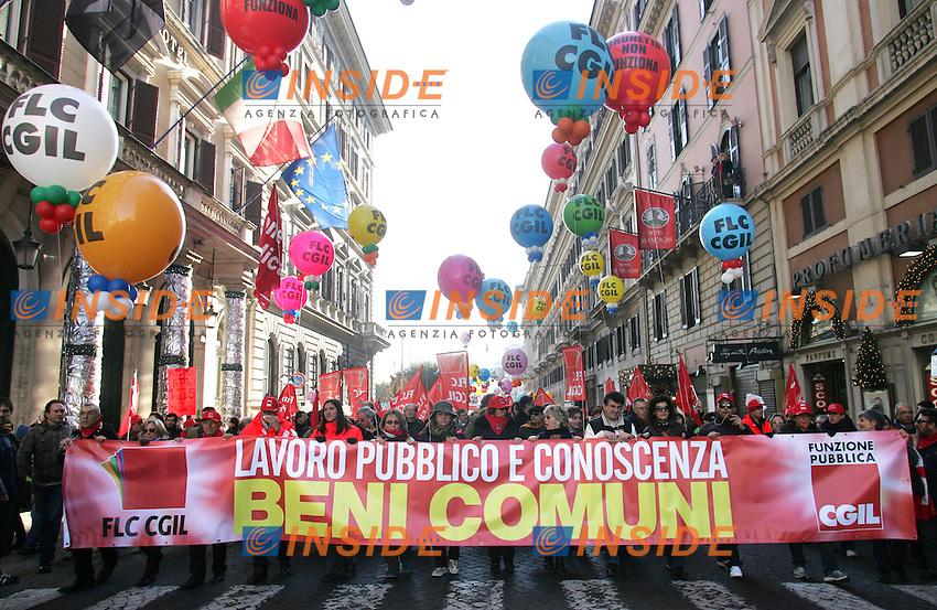STRISCIONE INIZIALE: LAVORO PUBBLICO E CONOSCENZA, BENI COMUNI<br /> Roma 11/12/2009 Manifestazione CGIL dei lavoratori della Funzione Pubblica e Pubblico Impiego.<br /> Demonstration of Pubblic employees of CGIL trade union.<br /> Photo Samantha Zucchi Insidefoto