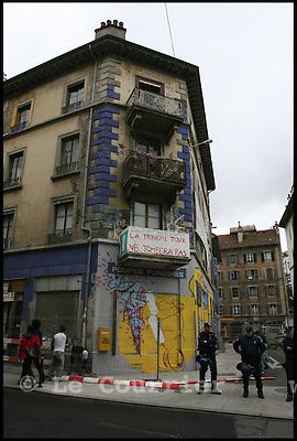 Genève, le 10.07.2007. Les policiers ont investi l immeuble de la rue de la Tour a Plainpalais, vers 10h00. Pour empecher toute tentative de retour, une barriere a tout de suite été installee autour de l immeuble et l'eau et l electricite ont ete coupees. Des 10h30 environ, des dizaines de sympathisants du mouvement squat ont commencé à confluer devant l'immeuble.Ils se sont regroupes au milieu du carrefour situe au bout du boulevard du Pont d'Arve, bloquant la circulation. Pour ne pas envenimer la situation, la police n'a pas cherché à les deloger. Elle a dévie le trafic en amont.Les manifestants ont fustige la methode, deja utilisee pour vider l'ancien squat de la maison Blardonne. Les policiers penetrent dans l'immeuble sans jugement d'evacuation et emmenent les squatters pour un controle général d'identite..© J.-P. Di Silvestro / regardirect.com