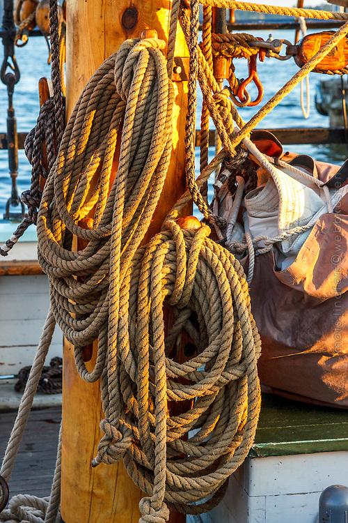 Trämast med segel på segelfartyg av trä i  Stockholms skärgård. / Stockholms archipelago Sweden.
