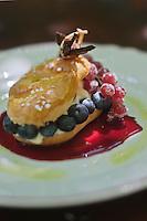 Europe/France/Provence-Alpes-Côte d'Azur/84/Vaucluse/Lubéron/Cucuron: Fougasse anisée aux petits fruits rouges et noirs. recette d'Eric Sapet, restaurant La Petite Maison de Cucuron