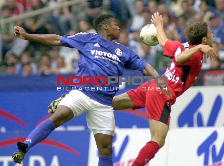 1. BL 2002/2003 - 32. Spieltag<br /> FC Schalke 04 vs. Hannover 96<br /> Emile Mpenza (links) von Schalke im Kopfball Duell mit Steven Cherundolo (rechts) von Hannover.<br /> Foto &copy; nordphoto <br /> <br /> Hinweis: Gemaess  Auflage der Deutschen FuŖball Liga (DFL) darf dieses Foto nicht vor Spielende in elektronischen Medien aller Art verwendet werden. *** Local Caption *** Foto ist honorarpflichtig! zzgl. gesetzl. MwSt.<br />  Belegexemplar erforderlich<br /> Adresse: nordphoto<br /> Georg-Reinke-Strasse 1<br /> 49377 Vechta