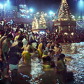 Haridwar 11-13.02.2010 India..The Maha (Great) Kumbh Mela in Haridwar. Pilgrims and Sadhus in great number from around India visit here to bath at the banks of the river Ganges. They belive that a holy dip in sacred river during Maha Kumbh takes human out of the circle of life and death..photo Maciej Jeziorek/Napoimages..Haridwar 12.02.2010 Indie.Kumbh Mela ( Swieto Dzbana ). Pielgrzymi i Sadhu ( Swieci - hinduscy wedrowni asceci) przybywaja tu zanurzyc sie w Gangesie. Wierza oni, ze pozwoli im to wyrwac sie z cyklu narodzin i smierci..fot. Maciej Jeziorek/Napoimages.