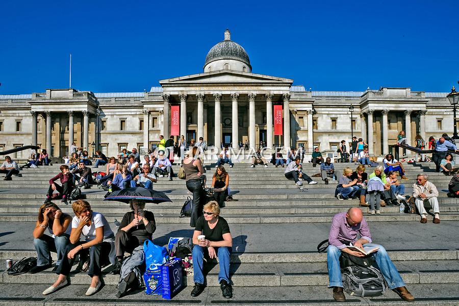 Edificio National Gallery e pessoas na praça Trafalgar Square. Londres. Inglaterra. 2008. Foto de Juca Martins.