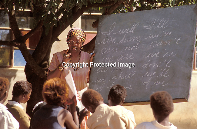 EDPRIMA19109.Education. Primary. Mutale. Ernistine Wilson.  58 Yrs old. Peace Corps Volunteer in the new South  Africa, teaching an outdoor class at the Tshandama Primary school. Outdoor lesson, blackboard..©Per-Anders Pettersson / iAfrika Photos