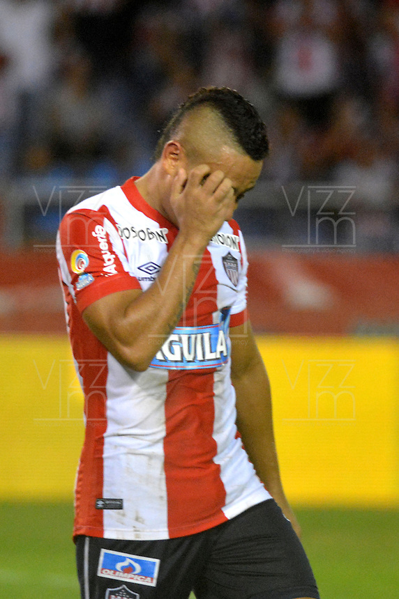 BARRANQUILLA- COLOMBIA -01-05-2016: Vladimir Hernandez, jugador de Atletico Junior reacciona al perder oportunidad de anotar gol a Atletico Bucaramanga, durante partido entre Atletico Junior y Atletico Bucaramanga, de la fecha 16 de la Liga Aguila I-2016, jugado en el estadio Metropolitano Roberto Melendez de la ciudad de Barranquilla. / Vladimir Hernandez, player of Atletico Junior reacts after missig a chance to scored a goal to Atletico Bucaramanga, during a match between Atletico Junior and Atletico Bucaramanga, for date 16 of the Liga Aguila I-2016 at the Metropolitano Roberto Melendez Stadium in Barranquilla city, Photo: VizzorImage  / Alfonso Cervantes / Cont.