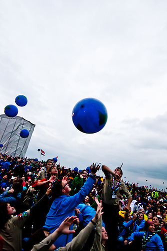 Playing with the earth during the opening ceremony. Photo: Fredrik Sahlström/Scouterna
