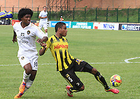 FLORIDABLANCA - COLOMBIA -15 -03-2014: David Valencia (Der.) jugador de Alianza Petrolera disputa el balón con Elvis Perlaza (Izq.) jugador de Fortaleza FC, durante partido por la fecha once de la Liga Postobon I-2014, jugado en el estadio Alvaro Gomez Hurtado de la ciudad de Floridablanca. / David Valencia (R) player  of Alianza Petrolera vies for the ball with Elvis Perlaza (L) player of Fortaleza FC, during a match for the date eleven of the Liga Postobon I-2014 at the Alvaro Gomez Hurtado stadium in Floridablanca city  Photo: VizzorImage  / Duncan Bustamente / Str.