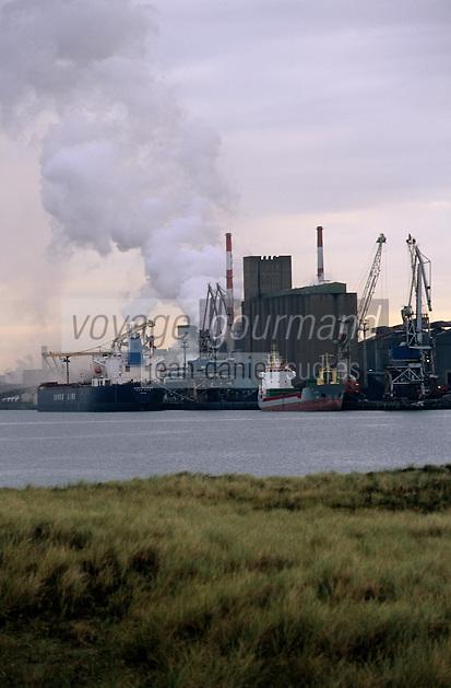 Europe/France/Nord-Pas-de-Calais/59/Nord/Dunkerque: Le port vu depuis la digue de Braek