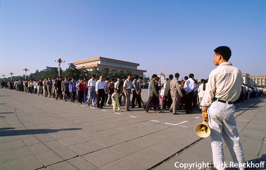 China, Peking, auf dem Tian An Men-Platz, Besucher am Mao-Mausoleum