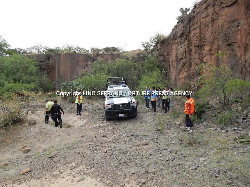 San Juan del R&iacute;o, Qro. 14 mayo 2014.- Una persona que circulaba sobre su bicicleta en la comunidad de Guadalupe de las Pe&ntilde;as, cay&oacute; a un barranco de apr&oacute;ximadamente 12 metros.<br /> Los hechos se dieron por lo menos hace 4 d&iacute;as por el estado de descomposici&oacute;n que se encontraba el cadaver.<br /> El sujeto, de aproximadamente 40 a&ntilde;os, Pasada media hora del hallazgo, el cuerpo fue extra&iacute;do de la mina, vest&iacute;a pantal&oacute;n de mezclilla, y playera azul; portaba una chamarra y aparentemente habr&iacute;a sido propietario de una bicicleta de monta&ntilde;a color lila por lo que se presume se trasladaba a su trabajo y habr&iacute;a ca&iacute;do por accidente a la excavaci&oacute;n con fatales consecuencias.<br />  Elementos del Ministerio P&uacute;blica acudieron al lugar para dar fe de los hechos e iniciar la averiguaci&oacute;n SJR1/612/2014; m&aacute;s tarde una unidad del Servicio M&eacute;dico Forense acudi&oacute; para trasladar el cuerpo a fin de que le fuera practicada la necropsia de ley.