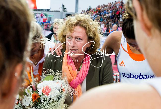 LONDON -  Unibet Eurohockey Championships 2015 in  London. final women  Netherlands v England (2-2) , England wins shoot outs. Disappointed Dutch team. Marjolein Bolhuis-Eijsvogel (KNHB) met Naomi van As , die haar 200ste interland speelde.Copyright  KOEN SUYK