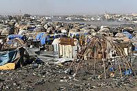 MALI, Bamako, IDP camp Faladjié / Flüchtlingslager Faladié auf einem Müllplatz am Stadtrand von Bamako, Peulh Fluechtlinge aus der Region Mopti, zwischen Peul und Dogon kam es in der Region Mopti zu gewaltsamen Auseinandersetzungen