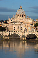 Italy, Lazio, Rome: St Peter's Basilica and the River Tiber and Ponte Sant'Angelo | Italien, Latium, Rom: der Petersdom, die Ponte Sant'Angelo und der Tiber