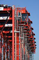 Portalhubwagen bei Eurogate im Jade Weser Port: EUROPA, DEUTSCHLAND, NIEDERSACHSEN, WILHELMSHAVEN  (EUROPE, GERMANY), 22.03.2015:  Portalhubwagen der Firma Eurogate stehen aufgereiht auf dem Gelaende des Jade-Weser-Port. Die Umschlaggeraet fuer ISO-Container warten auf das naechste Schiff der den Tiefwasserhafen anlaeuft,  um die Container zum Abstellplatz und spaeter zum LKW zu transportieren.