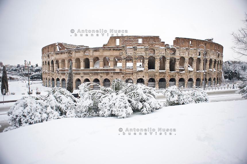 Una fitta nevicata ha imbiancato anche la Capitale dopo aver colpito gran parte dell'Italia provocando seri danni e enormi disagi alla circolazione di tutti i mezzi..A rare snowfall blanketed Rome. Other parts of the country experienced frigid temperatures unseen in years.