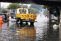 S&Atilde;O PAULO, SP, 07/01/2012, CHUVA EM SA&Otilde; PAULO.<br />  <br />  A forte e r&aacute;pida chuva que caiu sobre S&atilde;o Paulo deixou alguns pontos de alagamento, na foto a Av. Radial Leste que teve 2 faixas interditadas por causa do alagamento.<br /> <br />  Luiz Guarnieri/ News Free