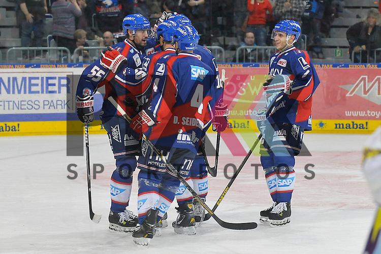 Torjubel zum Treffer von Mannheims Mike Glumac (Nr.16) zum 5:0 im Bild Mannheims Jochen Hecht (Nr.55), Mannheims Jason Pominville (Nr.50), Mannheims Mike Glumac (Nr.16), Mannheims Dennis Seidenberg (Nr.4) und Mannheims Marcel Goc (Nr.9) beim Spiel in der DEL, Adler Mannheim - Krefeld Pinguine.<br /> <br /> Foto &copy; Ice-Hockey-Picture-24 *** Foto ist honorarpflichtig! *** Auf Anfrage in hoeherer Qualitaet/Aufloesung. Belegexemplar erbeten. Veroeffentlichung ausschliesslich fuer journalistisch-publizistische Zwecke. For editorial use only.