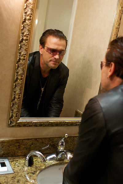 Bono impersonator backstage during the Sunburst Convention of Tribute Artists