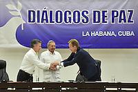 """LA HABANA - COLOMBIA, 23-06-2016 Juan Manuel Santos, presidente de Colombia, saluda a Borge Brende, caciller de Noruega, país garante frente a Raul Castro, presidente de Cuba, y Rodrigo Londoño """"Timochenko"""" (fuera de cuadro), jefe de las Farc, hoy en La Habana durante la firma del acuerdo para el cese al fuego y de hostilidades bilateral y definitivo entre el gobierno de Colombia y la guerrilla de las Farc. El presidente de Cuba Raul Castro fue testigo como representartnte del país garante de los acuerdos. / Juan Manuel Santos, president of Colombia, shakesd hands with Borge Brende, Norway Chancellor, guarantor country in front of Raul Castro, president of Cuba, and Rodrigo Londoño """"Timochenko"""", leader of Farc during the signing of the agreement of the definitive ceasefire and hostilities between Colombia Government and left guerrillas of Farc. Raul Castro, president of Cuba was the witness as representantive Country of the process. Photo: VizzorImage /  Nelson Cardenas - SIG / HANDOUT PICTURE; MANDATORY EDITORIAL USE ONLY/ NO MARKETING, NO SALES"""
