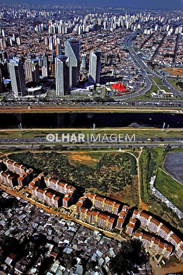 Vista aérea da Marginal do Rio Pinheiros e bairro Broklin Novo. São Paulo. 2002. Foto de Juca Martins.