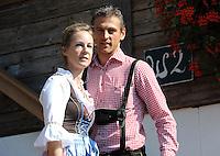 FUSSBALL   1. BUNDESLIGA   SAISON 2011/2012    Die Mannschaft des FC Bayern Muenchen besucht das Oktoberfest am 02.10.2011 Torwart Hans Joerg Butt mit Frau Katja (FC Bayern Muenchen)