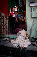 """Manaus 18-08-2011 - Corpo do menor TLS, 17 anos, morto por traficantes na porta de sua casa no bairro São Jorge, zona oeste de Manaus.A série """"guerra esquecida"""", revela uma triste realidade da maior cidade do norte do Brasil. Manaus teve  de 2010 a 2012 mais de  2 mil homicidios de jovens envolvidos com o tráfico de drogas. A igreja católica em fevereiro de 2013 lançou a campanha da CNBB (Conferência Nacional dos Bispos do Brasil), que tem como tema """"Fraternidade e Juventude"""" , o que gerou polêmica na cidade devido ao número de homicidios que o governo do Amazonas não reconhece, ou tenta manipular dados para que não se tenha uma imagem negativa do estado Em 2014 manaus é uma das subsedes da Copa do Mundo de Futebol. (Foto Albero Céesar Araújo)"""