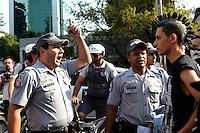 ATENÇÃO EDITOR: FOTO EMBARGADA PARA VEÍCULOS INTERNACIONAIS. SAO PAULO, 07 DE SETEMBRO DE 2012 - MARCHA CONTRA CORRUPCAO - Manifestantes protestam contra a corrupcao na Marcha contra a Corrupcao, na Avenida Paulista na tarde desta sexta feira, regiao central da capital. A manifestacao que ocupou diversas vezes todas as pistas da Avenida precisou da intervencao da policia para conter a acao de alguns manifestantes. FOTO: ALEXANDRE MOREIRA - BRAZIL PHOTO PRESS
