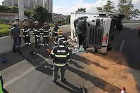 SAO PAULO, SP, 22/12/2013, SAQUE CARGA. Uma carreta que transportava cargas variadas, tombou na manhã desse Domingo (22) na alça de acesso a Rod Fernão Dias. Pelo menos uma Tv de 76 polegadas foi saqueada. LUIZ GUARNIERI/ BRAZIL PHOTO PRESS.