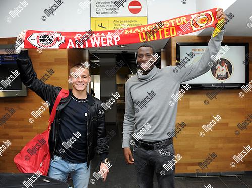2012-08-30 / Voetbal / seizoen 2012-2013 / R. Antwerp FC / Luke Giverin en Gyliano Van Velzen (r) bij aankomst op de luchthaven van Deurne...Foto: Mpics.be
