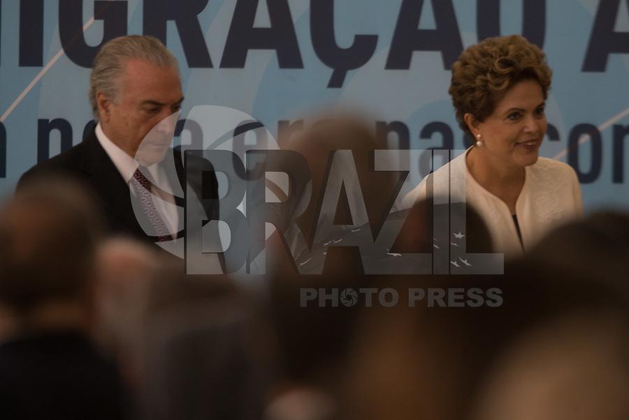 BRASILIA, DF, 20.11.2015 - DILMA-FM- A presidente Dilma Rousseff e o vice-presidente, Michel Temer, durante cerimônia de anúncio dos critérios de adaptação de outorgas de radiodifusão AM para FM, no Palácio do Planalto, nesta terça-feira, 24.(Foto:Ed Ferreira / Brazil Photo Press)