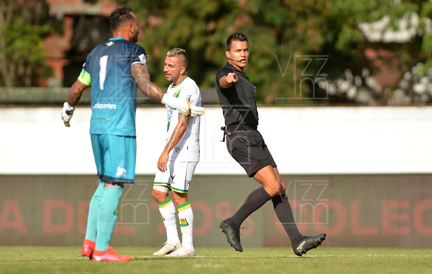 ENVIGADO - COLOMBIA, 16-02-2020:Nicolás Gallo Barragán referee central.Acción de juego entre los equipos  del Envigado y Atlético Bucaramanga durante partido entre Envigado y el Atlético Bucaramanga por la fecha 5 de la Liga BetPlay I 2020 jugado en el estadio Polideportio Sur de la ciudad de Envigado. /Central reeree Nicolas Gallo Barragan. Action game between Envigado and  Atletico Bucaramanga during match between Envigado and Atletico Bucaramanga for the date 5 as part of BetPlay League I 2020 played at Polideportivo Sur stadium in Envigado. Photo: VizzorImage / León Monsalve / Cont /