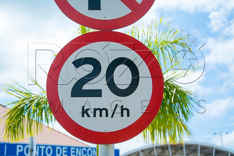 Placa de limite de velocidade de 20 km/hora, Aparecida - SP, 10/2016.