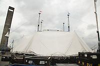 SAO PAULO, SP, 16 DE MARÇO DE 2013. MONTAGEM DA TENDA BRANCA DO CIRQUE DU SOLEIL. A Grande Tenda Branca (White Big Top) e a Vila do Cirque du Soleil começaram a ser montadas na TARDE deste sábado no Parque Villa Lobos para as apresentações da produção Corteo. A Grande Tenda Branca acomoda mais de 2500 pessoas por apresentação. FOTO ADRIANA SPACA/BRAZIL PHOTO PRESS