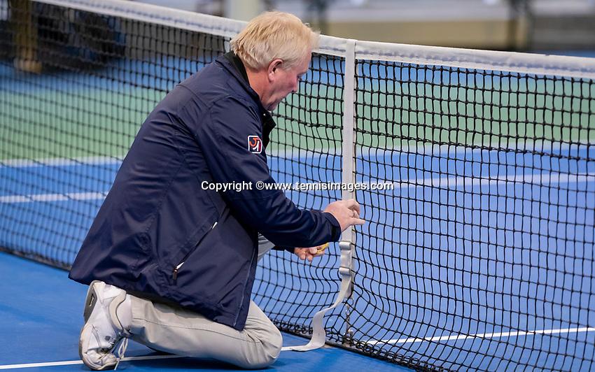 Hilversum, Netherlands, December 2, 2018, Winter Youth Circuit Masters, Umpire Peter van den Hoven checks the net<br /> Photo: Tennisimages/Henk Koster