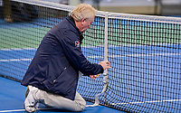 Hilversum, Netherlands, December 2, 2018, Winter Youth Circuit Masters, Umpire Peter van den Hoven checks the net<br /> Photo: Tennisimages/Henk Koster