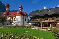 DEU, Deutschland, Bayern, Oberbayern, Berchtesgadener Land: Wallfahrtskirche St. Bartholomae am Koenigssee und Restaurant der Fischerei St. Bartholomae | DEU, Germany, Bavaria, Upper Bavaria, Berchtesgadener Land: pilgrimage church St. Bartholomae at lake Koenigssee and restaurant Fischerei St. Bartholomae