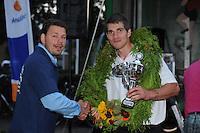 MASTKLIMMEN: AKKRUM: 06-07-2013, Winnaar Oane Galama wordt gefeliciteerd door Niek Roorda met zijn record, © Martin de Jong
