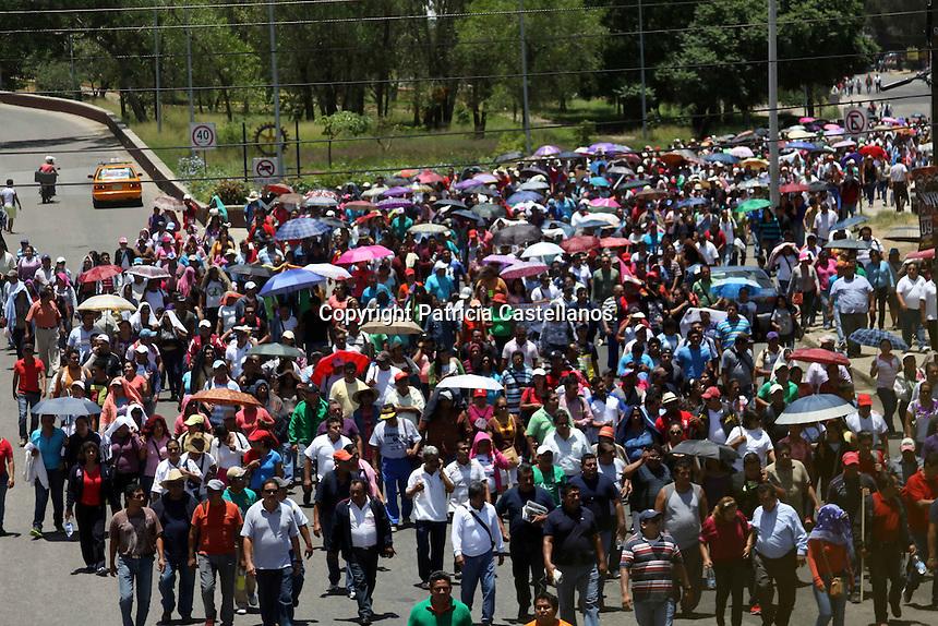 Oaxaca de Ju&aacute;rez. 31 de julio de 2014.- En el marco de su jornada de lucha, integrantes de la secci&oacute;n 22 del Sindicato Nacional de Trabajadores de la Educaci&oacute;n (SNTE), llevaron a cabo una marcha en protesta a la pretensi&oacute;n de la supuesta imposici&oacute;n de la Ley Educativa impulsada por el presidente de la Rep&uacute;blica Mexicana Enrique Pe&ntilde;a Nieto.<br /> &nbsp;<br /> Partiendo del z&oacute;calo capitalino, se dirigieron con rumbo a las instalaciones del Partido Revolucionario Institucional (PRI) las cuales se ubican en la carretera a Santa Rosa Panzacola, lugar donde continuaron con sus actividades.<br /> &nbsp;<br /> Liderados por el secretario de organizaci&oacute;n del sindicato magisterial oaxaque&ntilde;o, Francisco Villalobos Ric&aacute;rdez, los docentes marcharon y otros m&aacute;s se dirigieron en caravana con algunos En el marco de su jornada de lucha, integrantes de la secci&oacute;n 22 del Sindicato Nacional de Trabajadores de la Educaci&oacute;n (SNTE), llevaron a cabo una marcha en protesta a la pretensi&oacute;n de la supuesta imposici&oacute;n de la Ley Educativa impulsada por el presidente de la Rep&uacute;blica Mexicana Enrique Pe&ntilde;a Nieto.<br /> &nbsp;<br /> Partiendo del z&oacute;calo capitalino, se dirigieron con rumbo a las instalaciones del Partido Revolucionario Institucional (PRI) las cuales se ubican en la carretera a Santa Rosa Panzacola, lugar donde continuaron con sus actividades.<br /> &nbsp;<br /> Liderados por el secretario de organizaci&oacute;n del sindicato magisterial oaxaque&ntilde;o, Francisco Villalobos Ric&aacute;rdez, los docentes marcharon y otros m&aacute;s se dirigieron en caravana con algunos autobuses que tomaron para realizar su pr&oacute;xima actividad.<br /> <br /> autobuses que tomaron para realizar su pr&oacute;xima actividad.<br /> <br /> <br /> Foto: Patricia Castellanos / Obture.